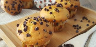 Muffins con gocce di cioccolato, amati dai bambini.
