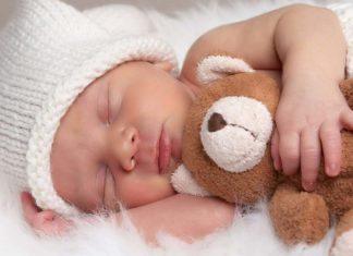 Neonato sonnolento: come aiutarlo con le poppate?