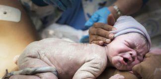 Taglio del cordone ombelicale, meglio subito dopo la nascita o ritardato?