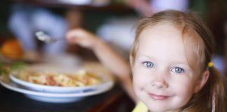 bambino non vuole stare a tavola
