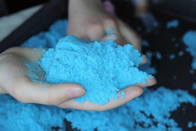 A tuo figlio piace la sabbia colorata? Preparala in casa!